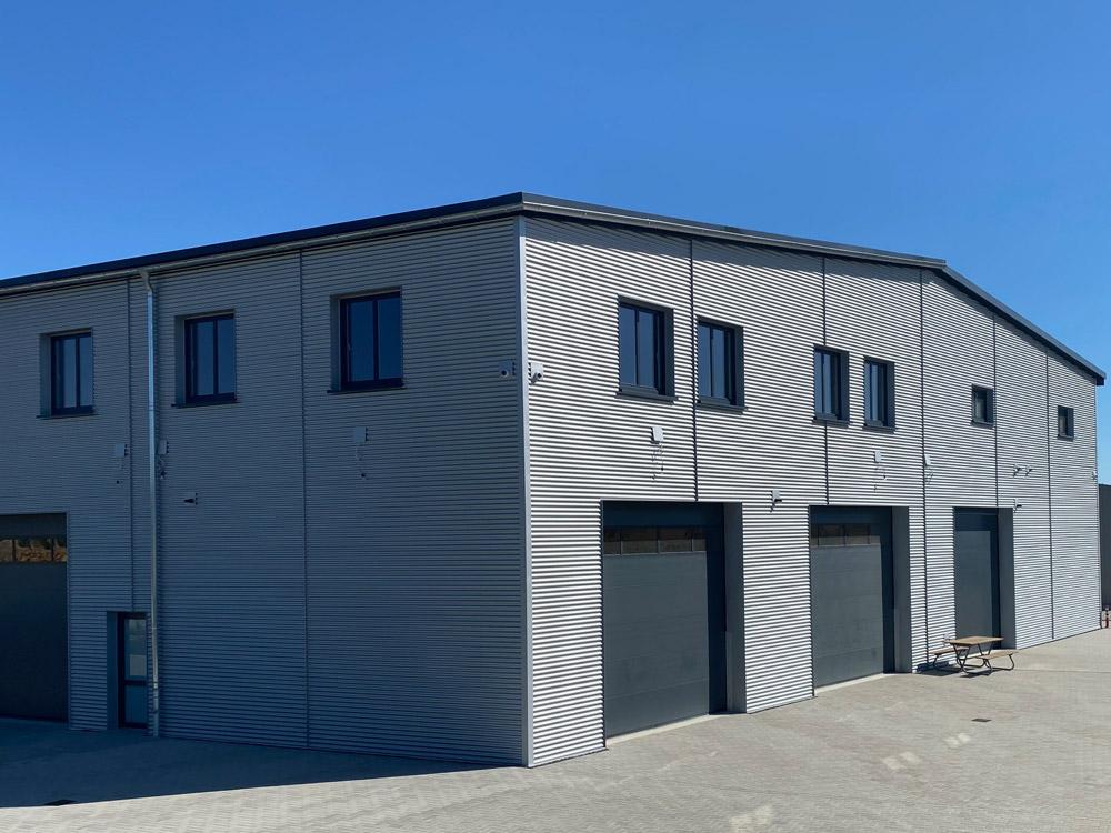 Industriehallen – Gestaltungsmöglichkeiten mit Dach und Fassade